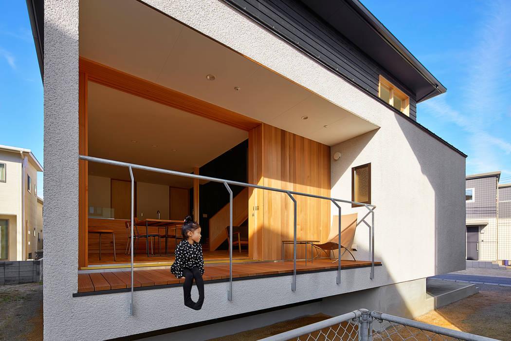 デッキ モダンな 家 の ケンチックス一級建築士事務所 モダン