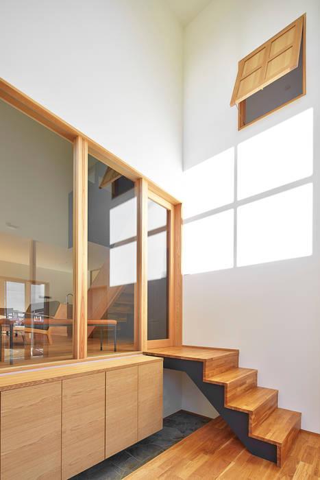 吹抜けのエントランス: ケンチックス一級建築士事務所が手掛けた廊下 & 玄関です。