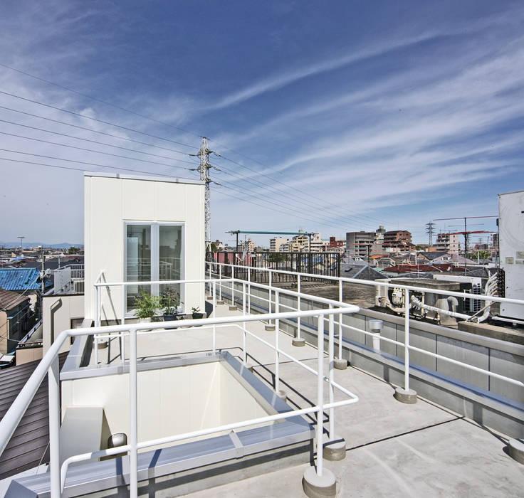 屋上を庭として使う モダンデザインの テラス の プラネット環境計画 モダン