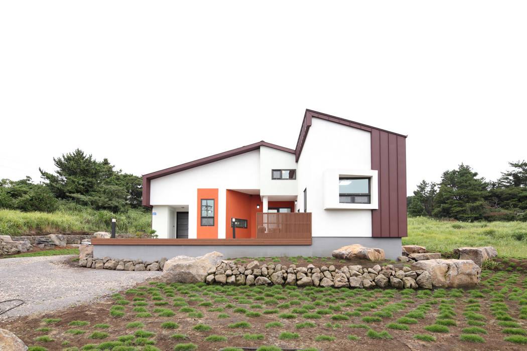 작지만 당당한 외관 한라산을 닮고자 노력한 지붕선: 주택설계전문 디자인그룹 홈스타일토토의  주택,모던