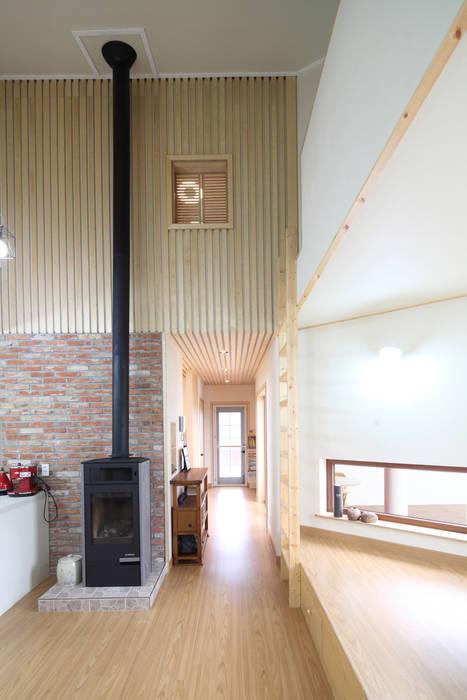 복도와 2층 갤러리창: 주택설계전문 디자인그룹 홈스타일토토의  다이닝 룸