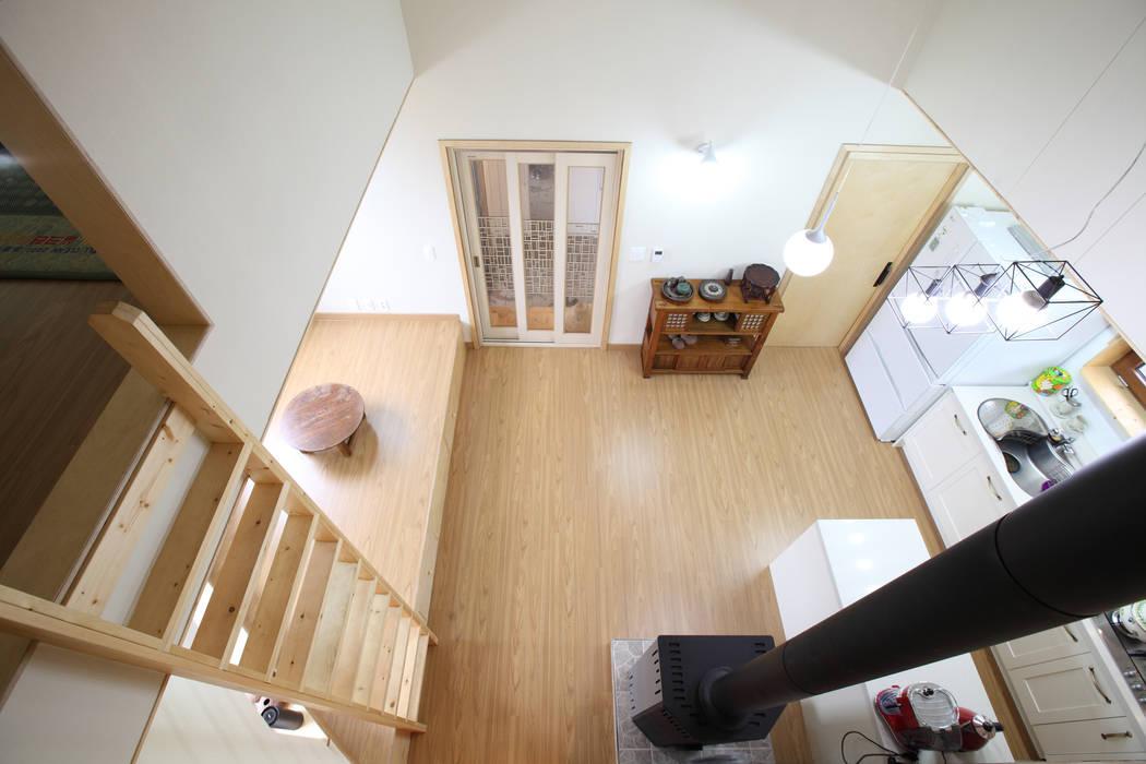 2층 서재에서 내려다본 풍경: 주택설계전문 디자인그룹 홈스타일토토의  다이닝 룸,모던