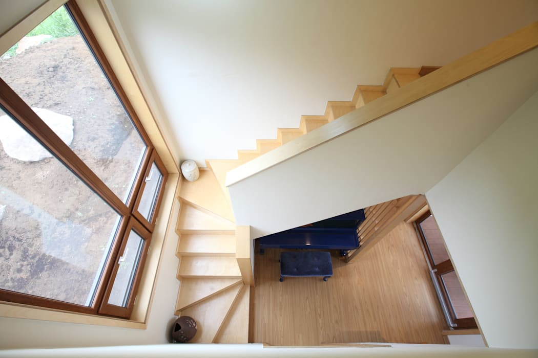 2층으로 오르는 계단: 주택설계전문 디자인그룹 홈스타일토토의  복도 & 현관,