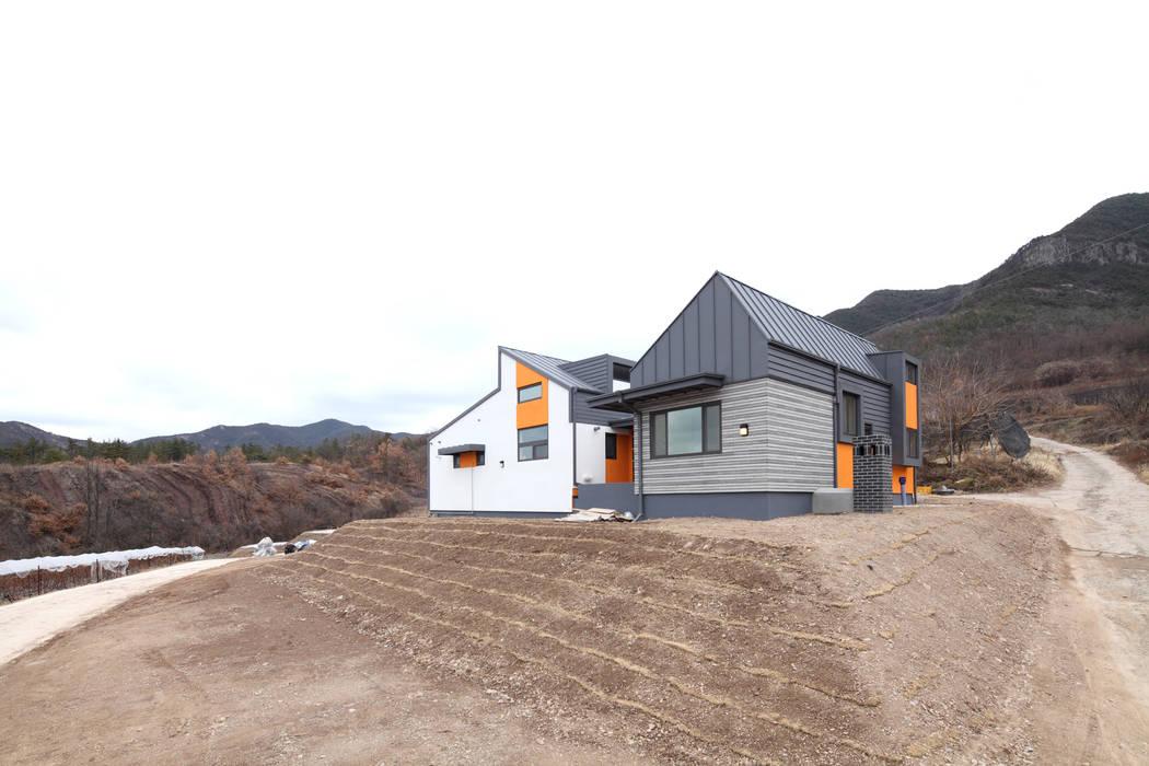 산자락아래 구릉지에 자리잡고 있는 의성주택 모던스타일 주택 by 주택설계전문 디자인그룹 홈스타일토토 모던