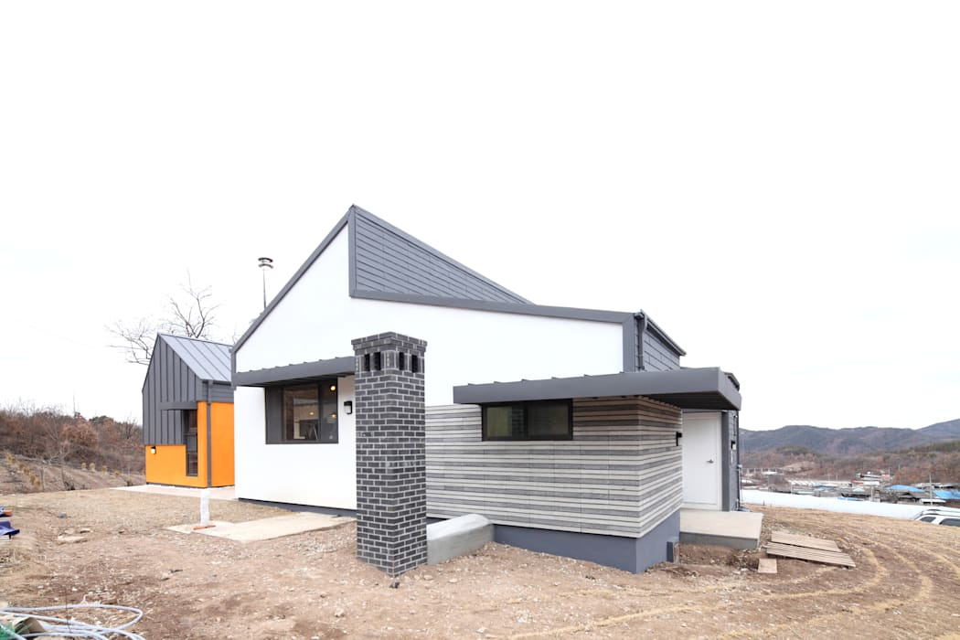 게스트룸쪽의 굴뚝 모던스타일 주택 by 주택설계전문 디자인그룹 홈스타일토토 모던