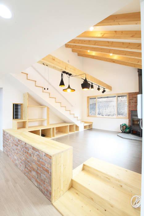 오픈천장의 까페같은 거실: 주택설계전문 디자인그룹 홈스타일토토의  거실,모던