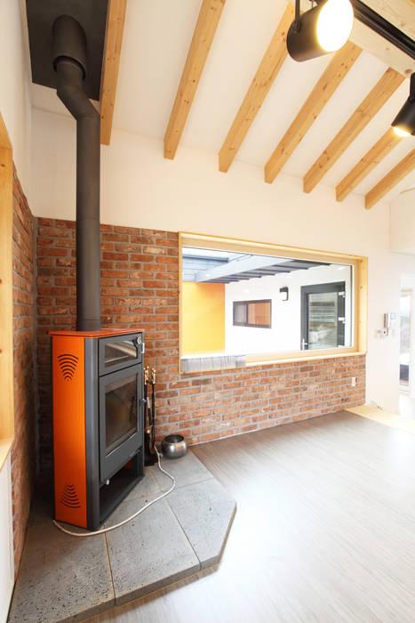 벽난로가 있는 거실: 주택설계전문 디자인그룹 홈스타일토토의  거실,
