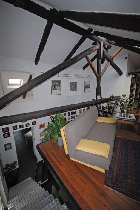 Soppalco: Soggiorno in stile in stile Rustico di ARCHILOCO studio associato