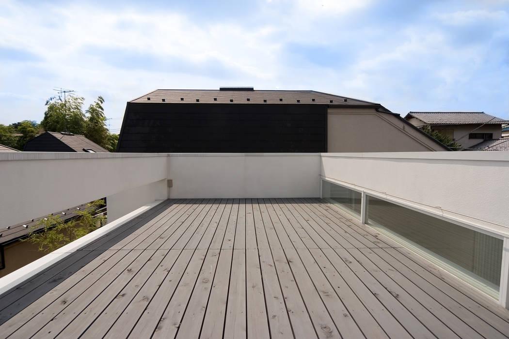 屋上テラス 株式会社 アーキショップ 一級建築士事務所 モダンデザインの テラス