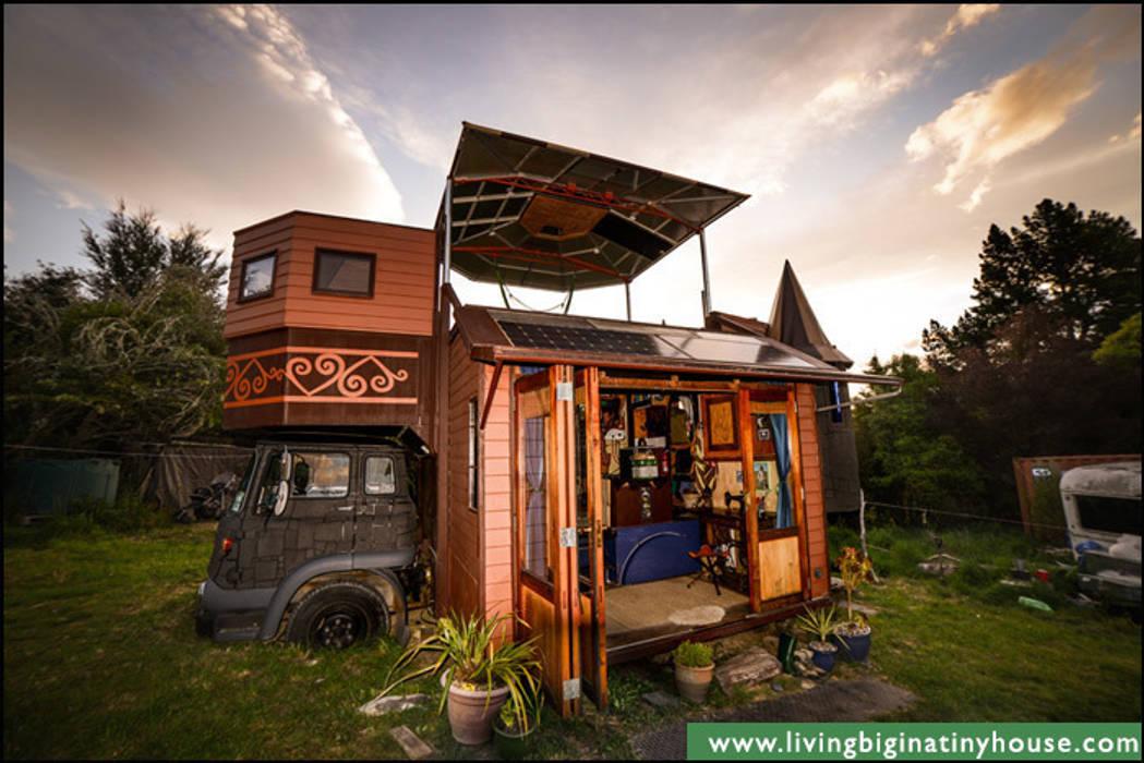 Transforming Castle Truck Eklektyczne domy od Living Big in a Tiny House Eklektyczny