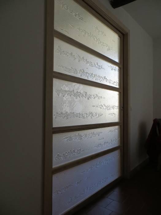 Claustra coulissant perle et nacre: Salon de style  par vitrail architecture