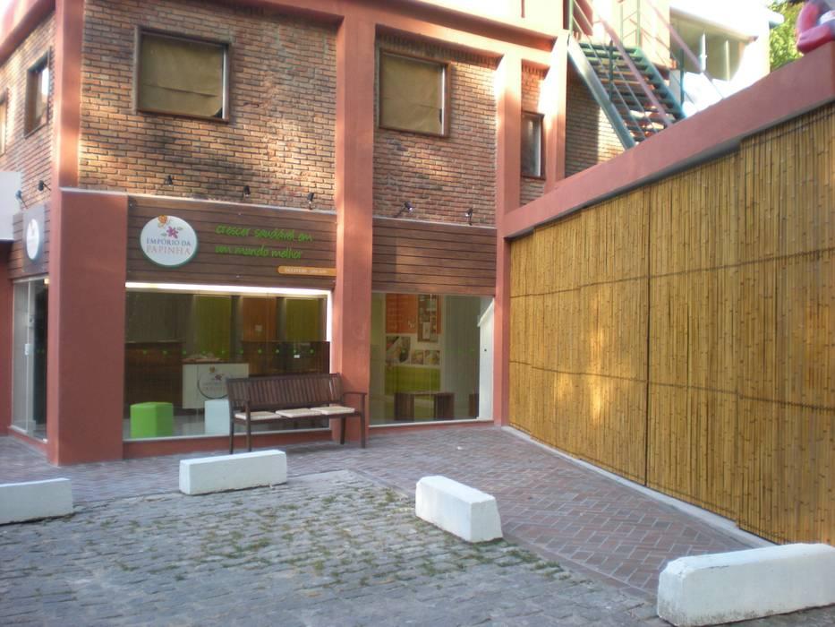 Cercas e painéis de bambu para áreas internas e externas. Shopping Centers rústicos por Bambu Rei Eco-Design Rústico