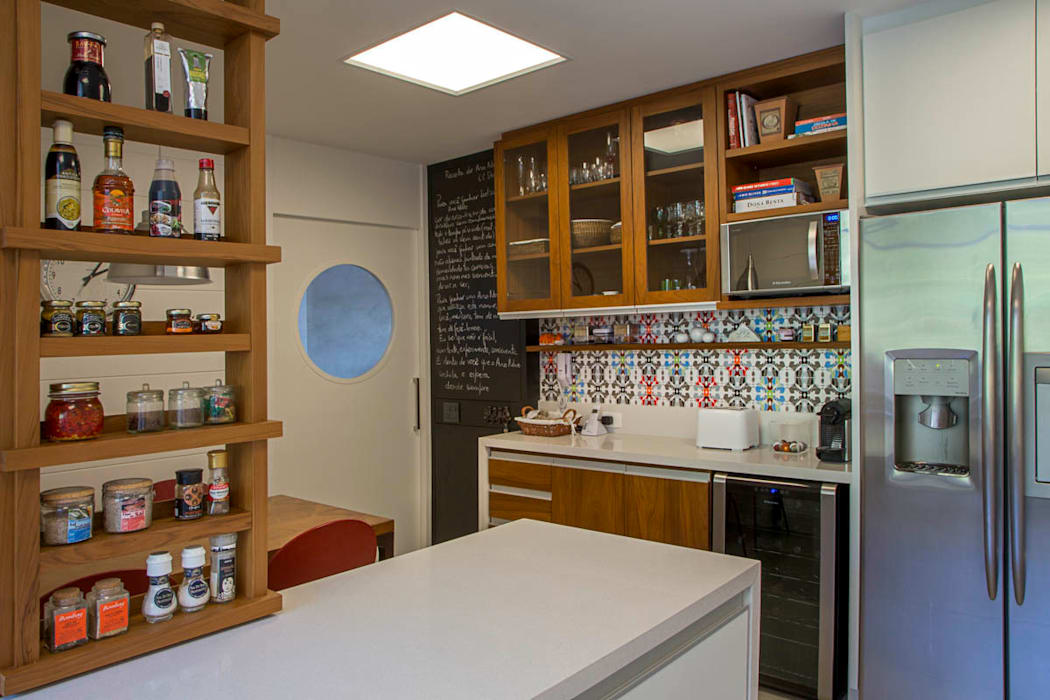 Kitchen by Raquel Junqueira Arquitetura,