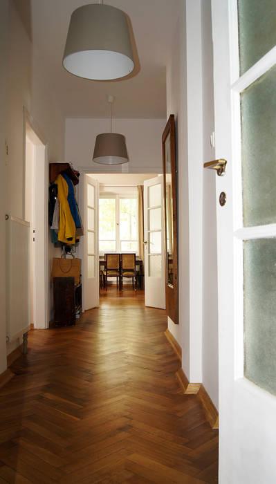 Pasillos, vestíbulos y escaleras de estilo escandinavo de ZAZA studio Escandinavo