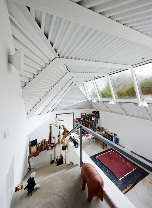 LARA RIOS HOUSE: Estudio de pintura Estudios y despachos de estilo industrial de miba architects Industrial