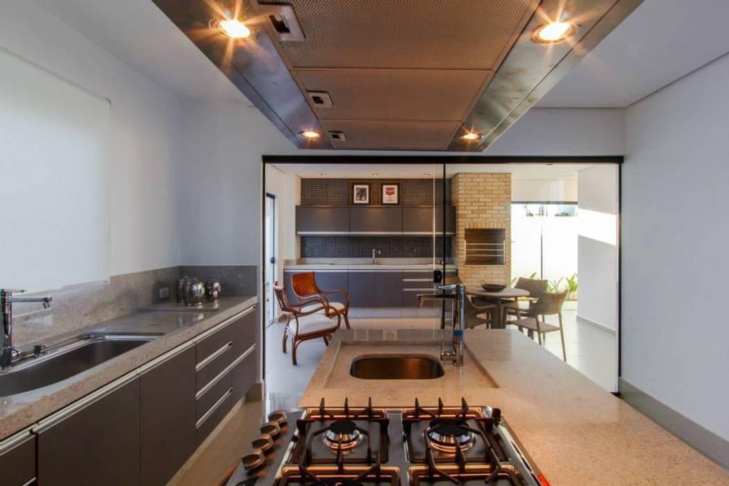 Bancadas da cozinha em granito Minimalist kitchen by Tony Santos Arquitetura Minimalist