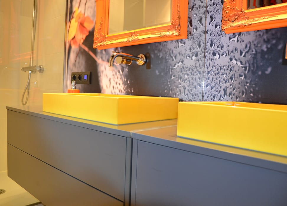 UN BAÑO EN DOS ESTANCIAS CON MUCHO COLOR: Baños de estilo moderno de  MIKELY Decoradores de Interiorismo