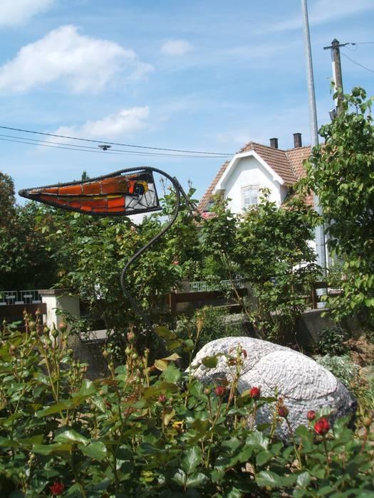 Héron en été: Terrasse de style  par monique bornert
