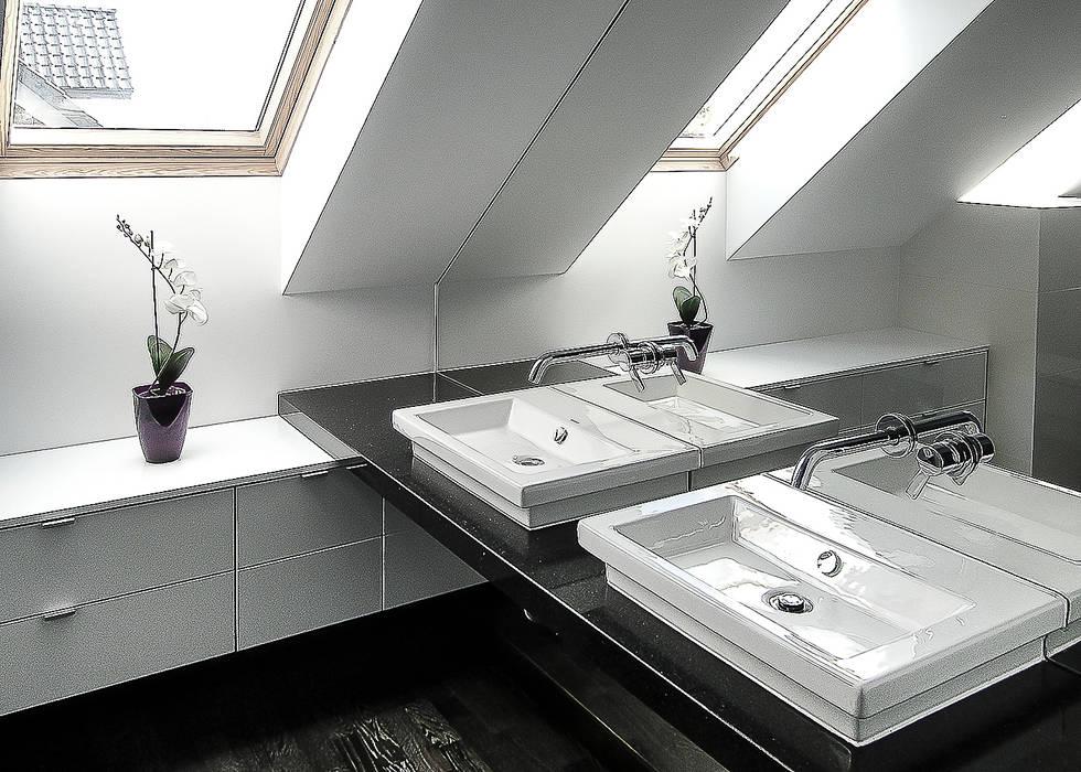 nowoczesny dom z czerwienią Nowoczesna łazienka od Inspiration Studio Nowoczesny