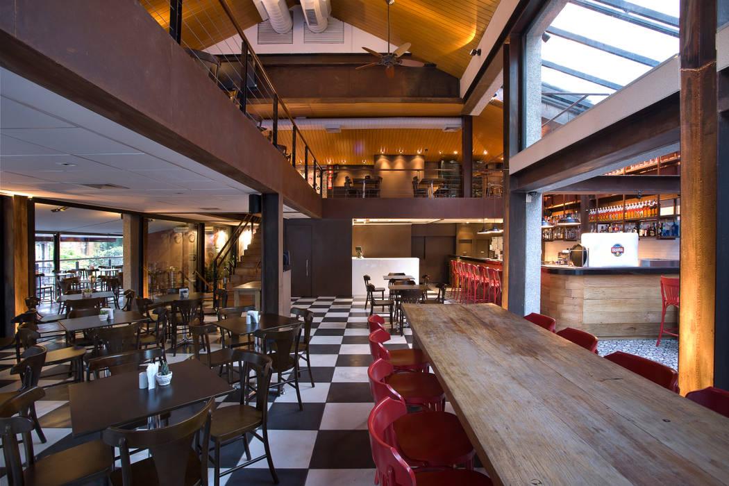 Vista geral do bar: Bares e clubes  por Fernanda Sperb Arquitetura e interiores,Moderno