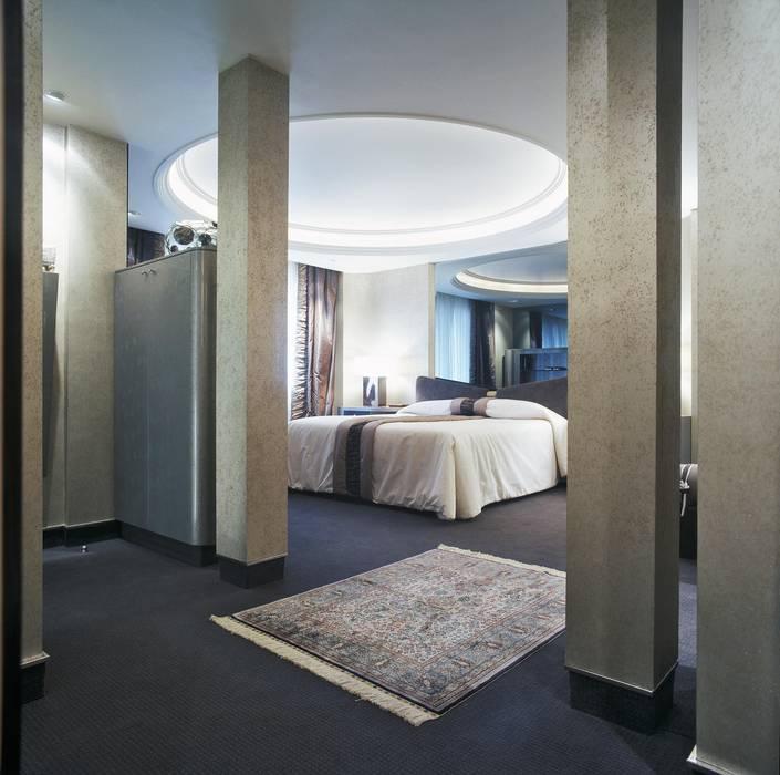 Interiorismo  y decoracion de apartamento de lujo en la zona alta de Barcelona.: Dormitorios de estilo  de Ojinaga