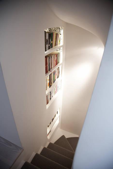 Staircase Pasillos, vestíbulos y escaleras de estilo moderno de homify Moderno