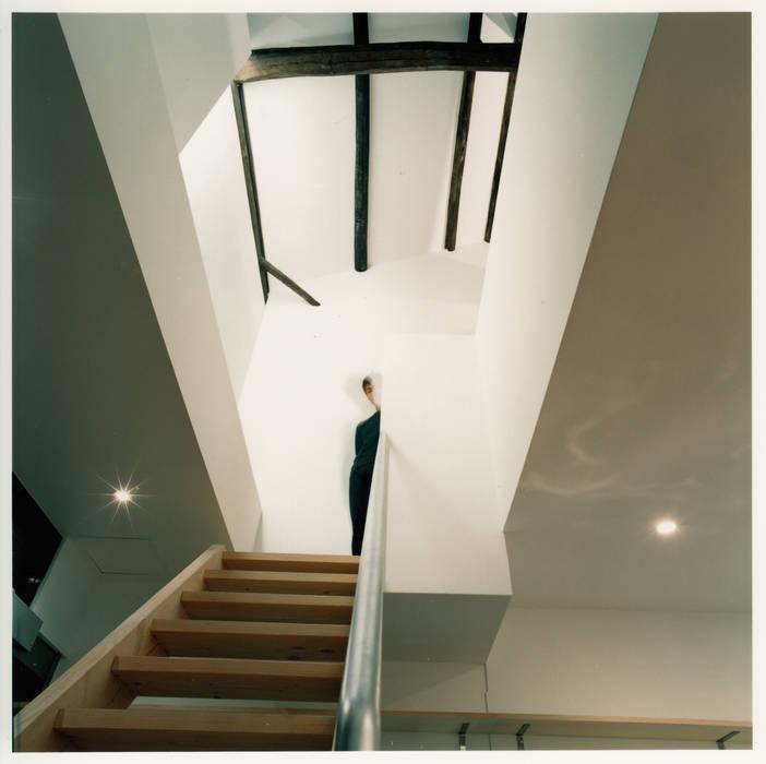 階段と吹抜けを見上げる: 井戸健治建築研究所 / Ido, Kenji Architectural Studioが手掛けたレストランです。
