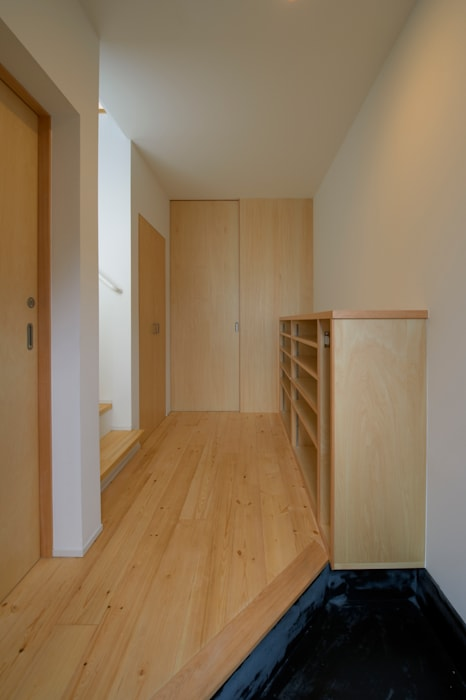 Corridor & hallway by (有)菰田建築設計事務所, Modern