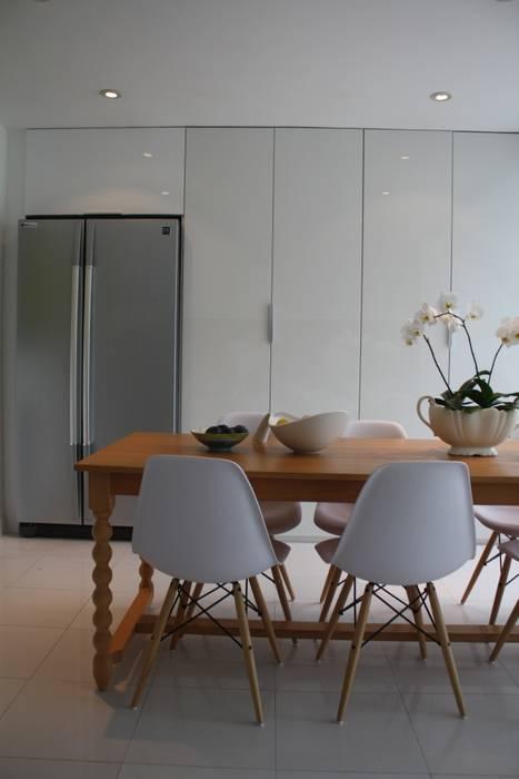Contemporary five bedroom house in Cambridge by AZ Interiors AZ INTERIORS Scandinavian style dining room