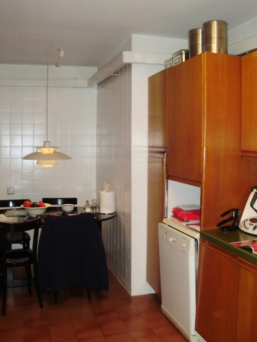 Una cocina con estilo abierta al comedor con zona office femcuines Cocinas de estilo clásico