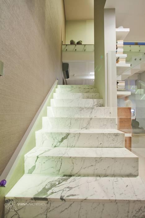 Ingresso, Corridoio & Scale in stile moderno di SARNA ARCHITECTS Interior Design Studio Moderno