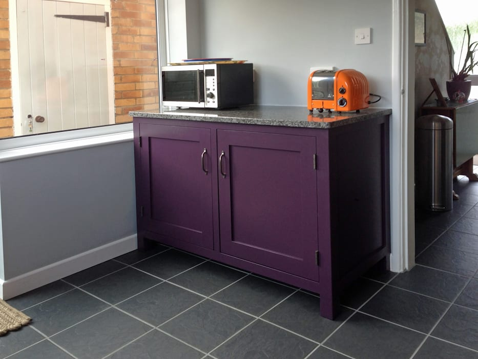 Small kitchen, big bold colour! Eclectic style kitchen by Hallwood Furniture Eclectic