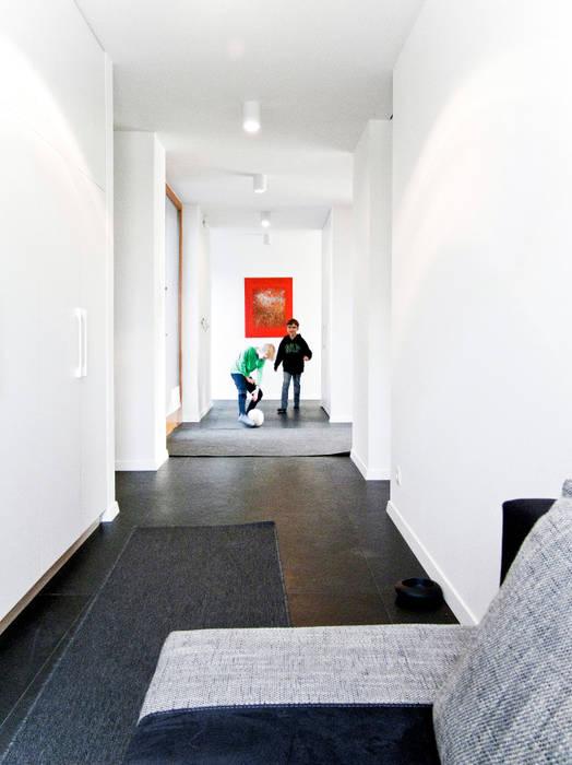 Third House from the Sun / wnętrza: styl , w kategorii Korytarz, przedpokój zaprojektowany przez Le 2 Workshop
