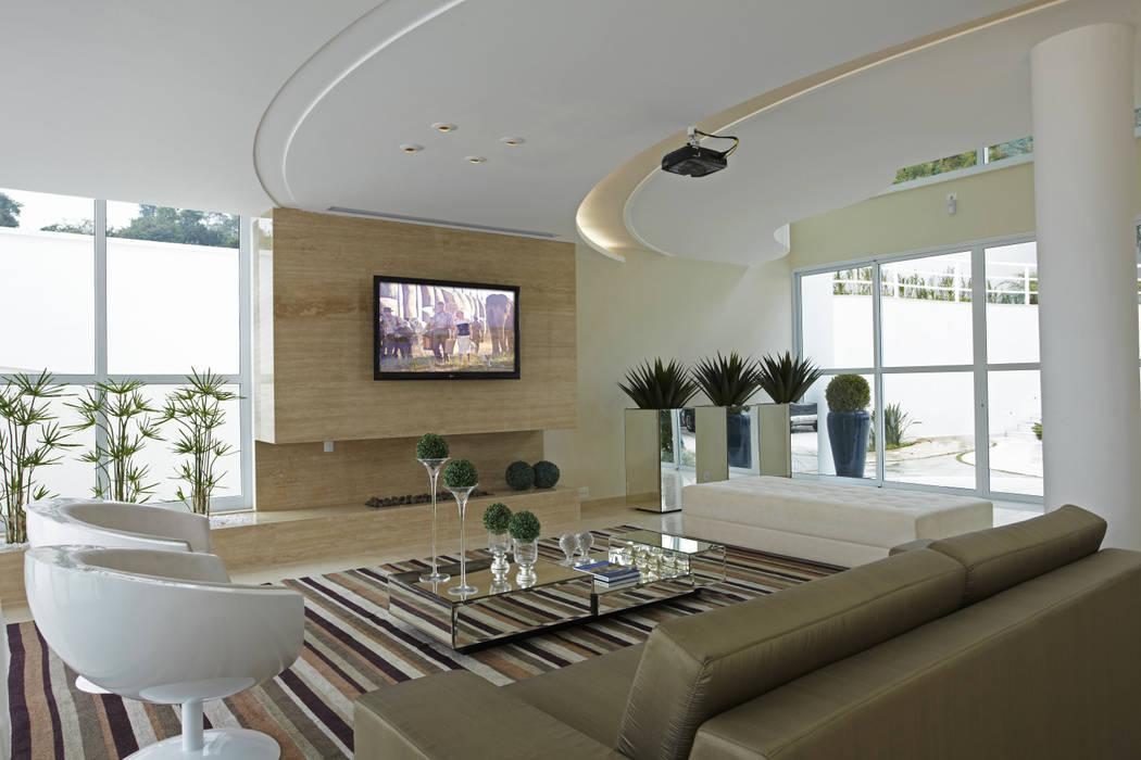 Casa da Serra: Salas de estar  por Arquiteto Aquiles Nícolas Kílaris
