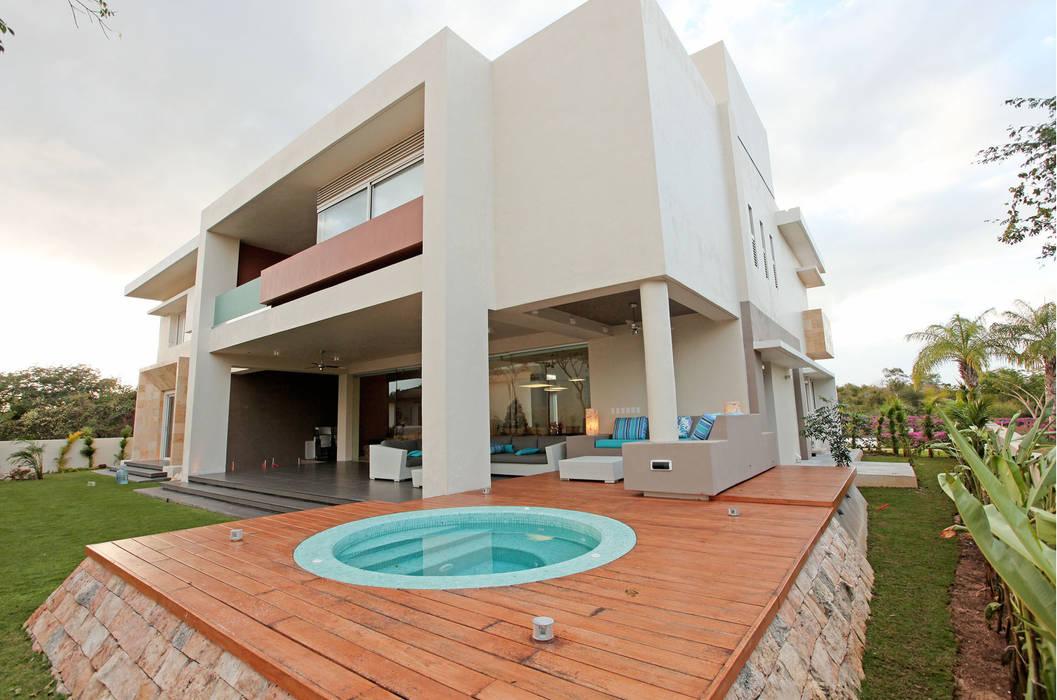 Tina de hidromasaje en deck de madera Balcones y terrazas minimalistas de AMEC ARQUITECTURA Minimalista