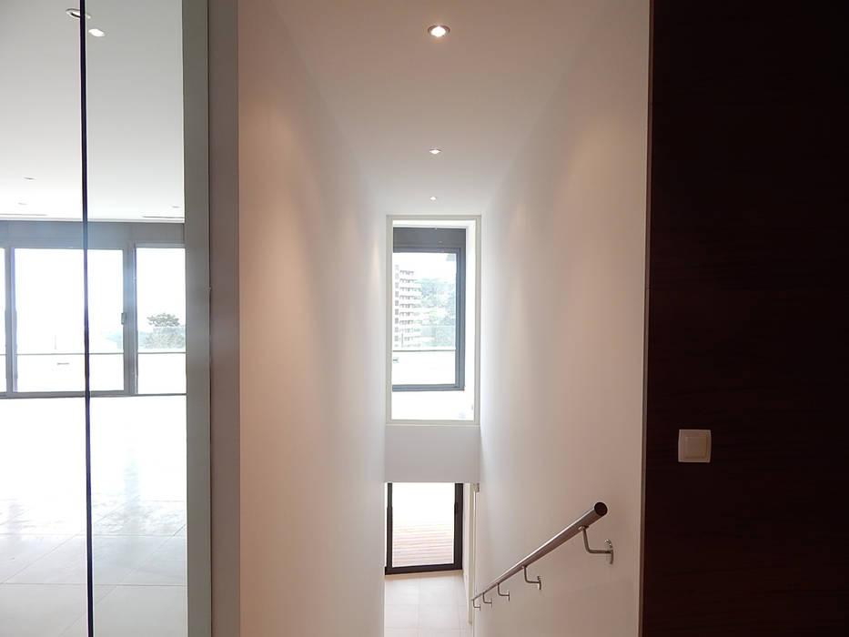 Doorzicht vanuit de entreehal:  Gang en hal door Hamers Arquitectura