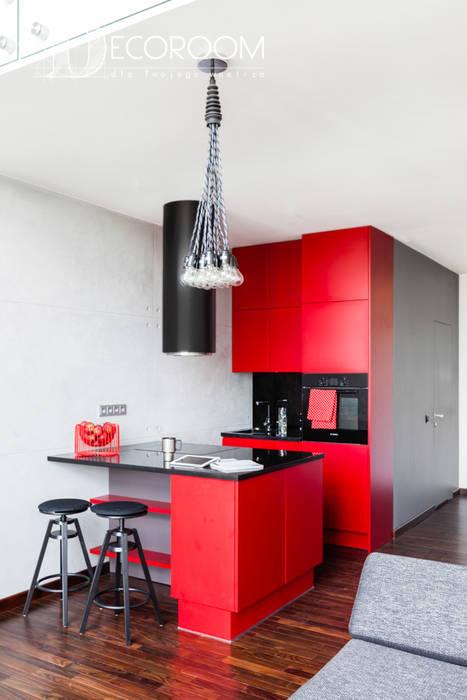 Loft z intensywną czerwienią Pracownia Architektury Wnętrz Decoroom Industrialna kuchnia