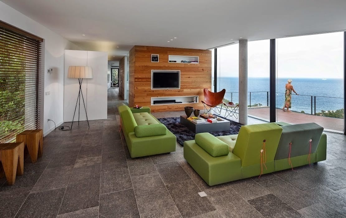 Espacio estar. Vistas sobre el mar.: Salones de estilo  de VelezCarrascoArquitecto VCArq, Moderno