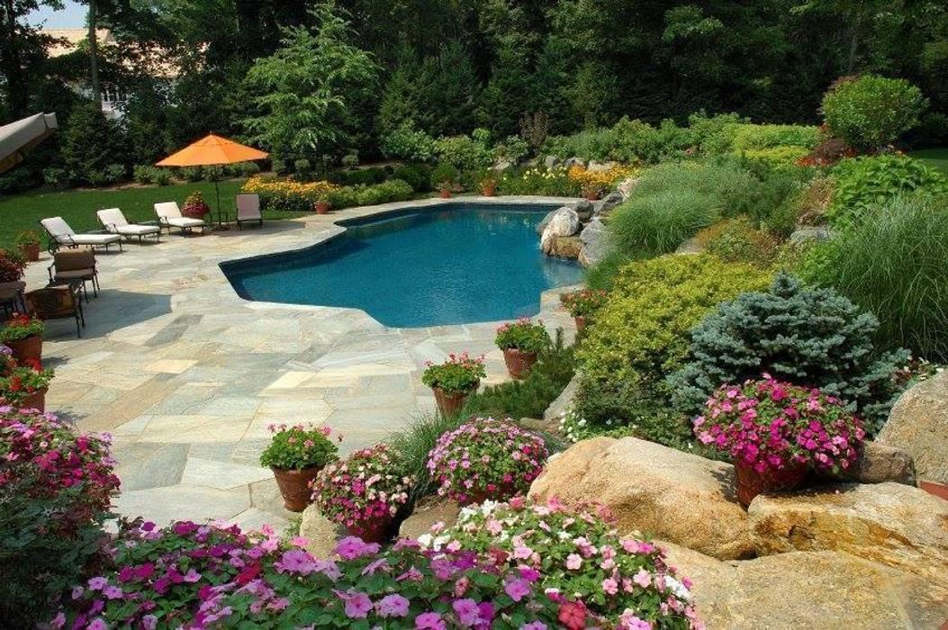 Piscina e giardino: Giardino in stile  di italiagiardini