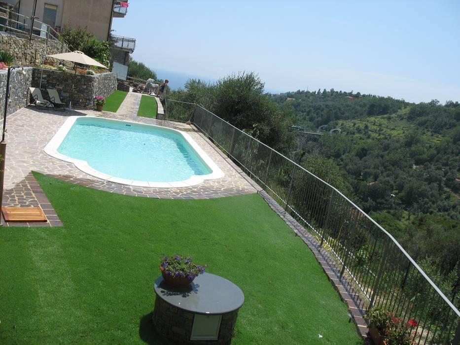 Piscina e giardino Piscina in stile in stile classico di italiagiardini Classico