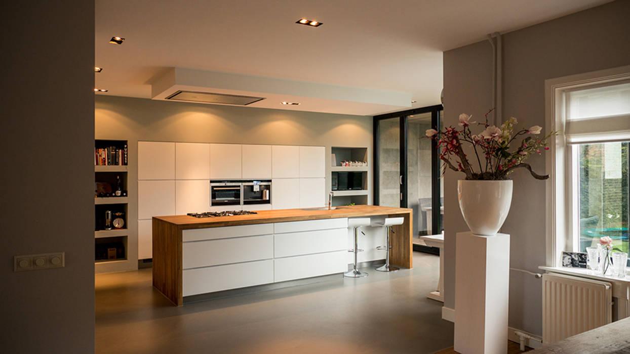 Aanbouw en renovatie van 2-onder-1-kapper met ruime woonkeuken met kookeiland, gietvloer en luxe aluminium vouwschuifpui:  Keuken door Joep van Os Architectenbureau,