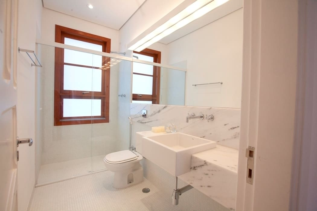 Modern Bathroom by Ana Sawaia Arquitetura Modern