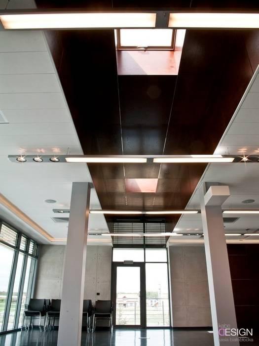 Espaces de bureaux modernes par kabeDesign kasia białobłocka Moderne