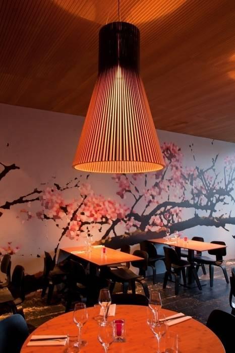 Secto grande suspension en lamelles de bois: Restaurants de style  par Le Studio des Collections
