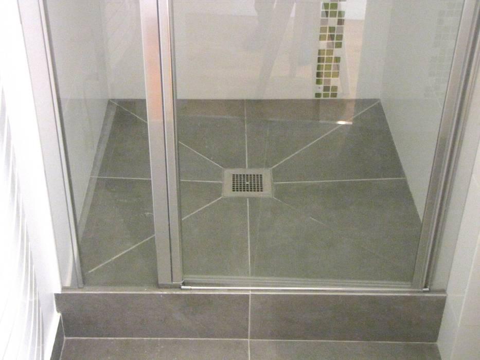Sol de douche: Salle de bains de style  par Decorexpat