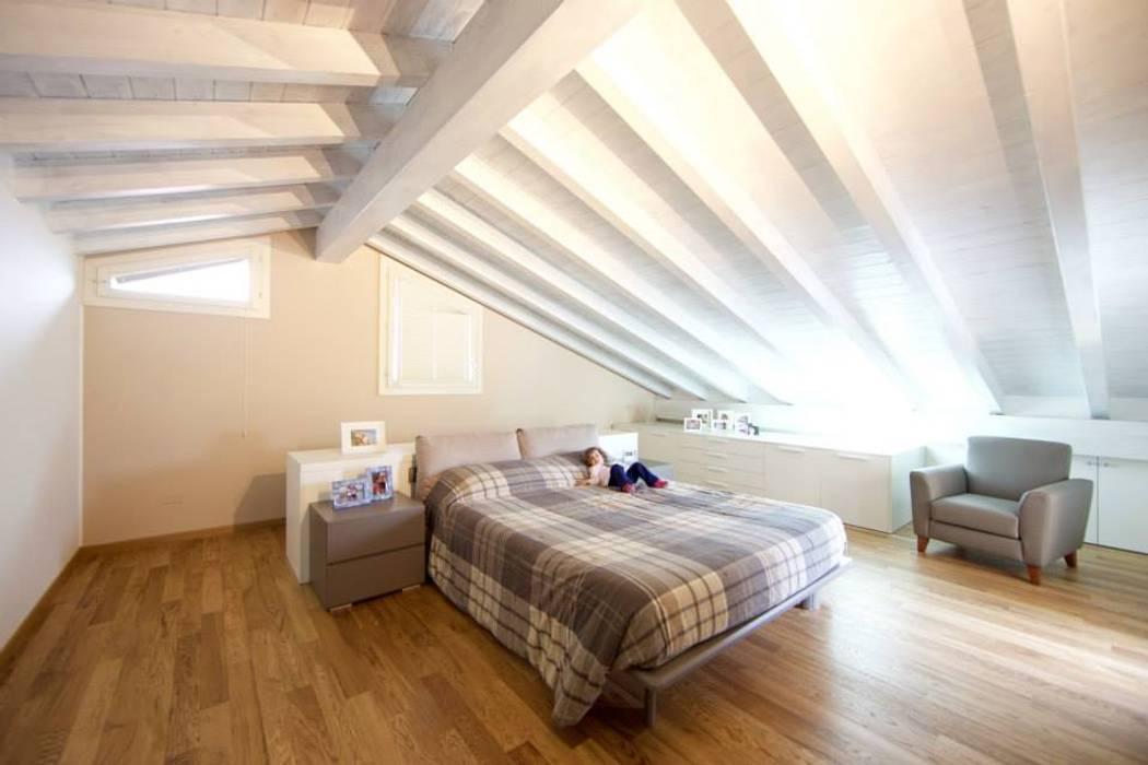 Camera matrimoniale: Camera da letto in stile  di Modularis Progettazione e Arredo