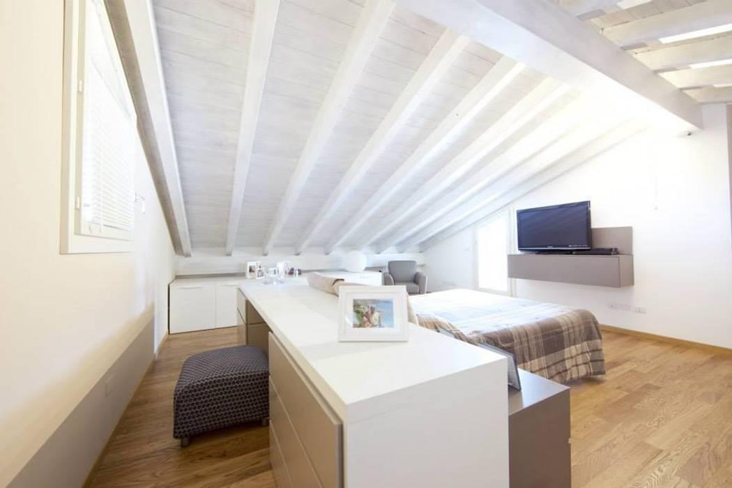 Prospettiva camera da letto: Camera da letto in stile in stile Moderno di Modularis Progettazione e Arredo