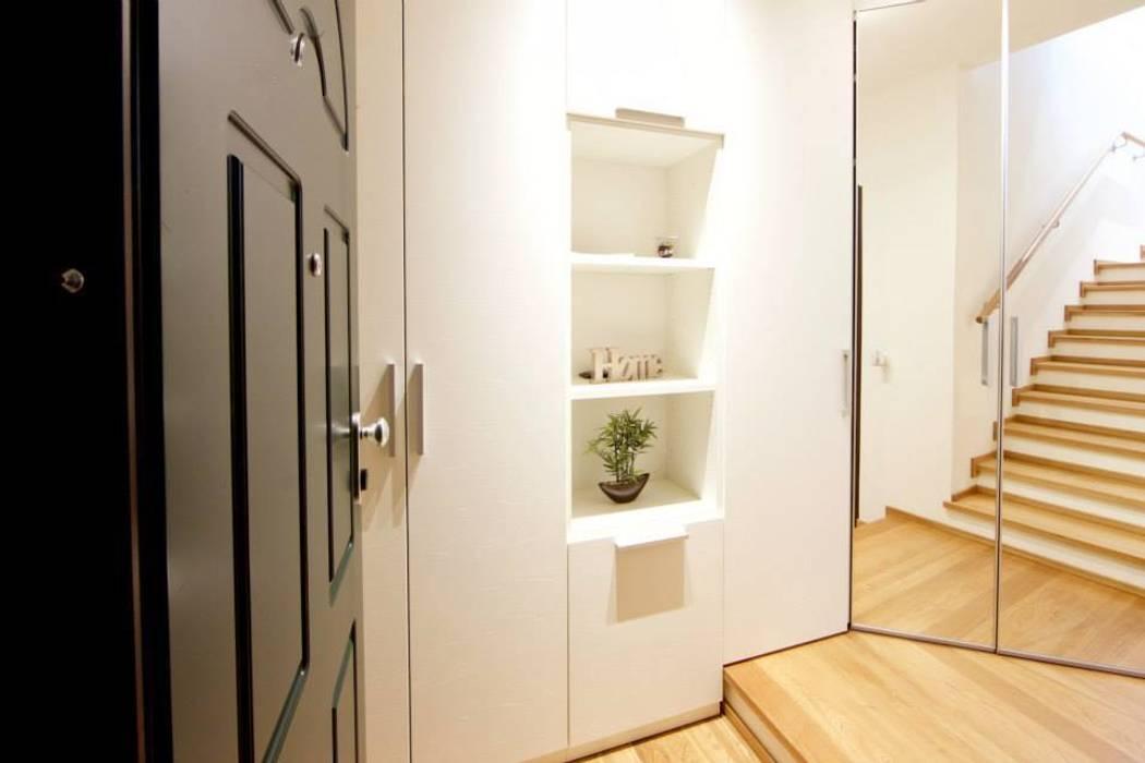 Pasillos y vestíbulos de estilo  de Modularis Progettazione e Arredo, Moderno