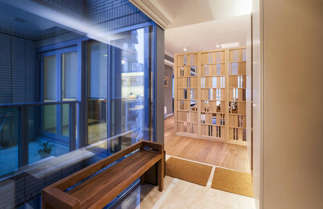 BI's RESIDENCE:  Corridor & hallway by arctitudesign,