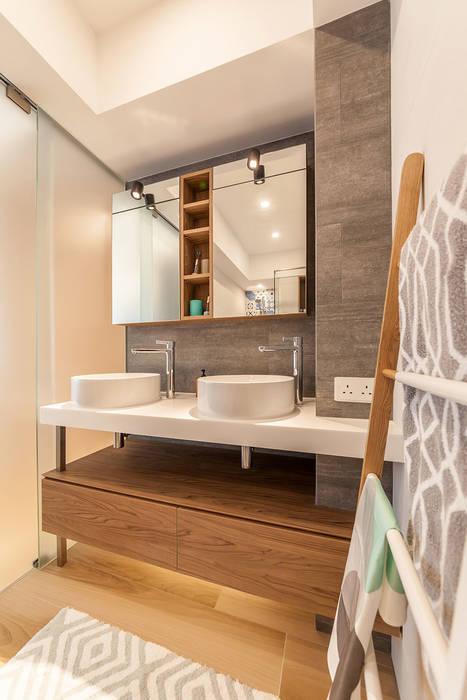 GW's RESIDENCE Minimalist style bathroom by arctitudesign Minimalist